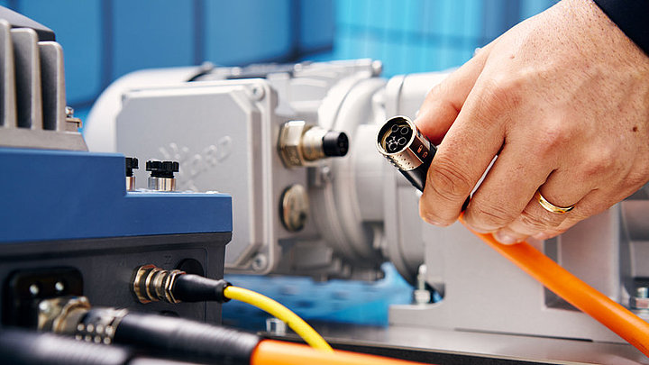 X-TEC Steckverbinder am Motor